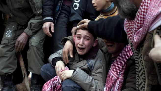 Ahmed, en el centro, llora la muerte de su padre Abdulaziz Abu Ahmed Khrer, asesinado por el Ejército del régimen sirio en Idlib, al norte de Siria.