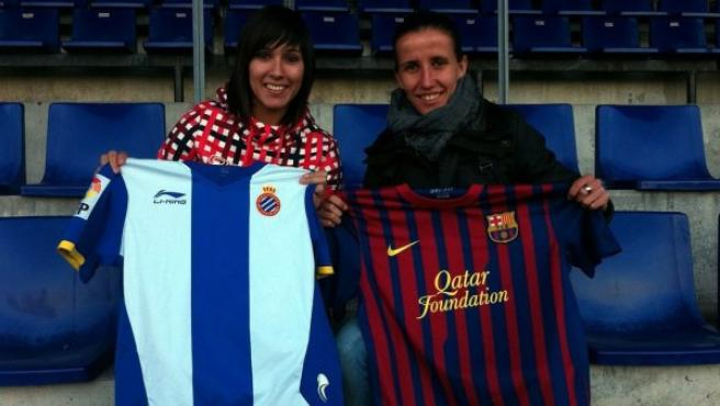 Mari Paz Vilas y Sonia Bermúdez, con las camisetas del Espanyol y del Barça.