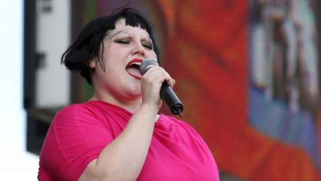 La estadounidense Beth Ditto de la banda Gossip actúa en el festival Rock im Park en Nuremberg, Alemania.