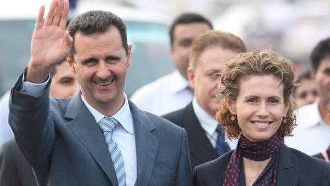 Al Asad, junto a su esposa.