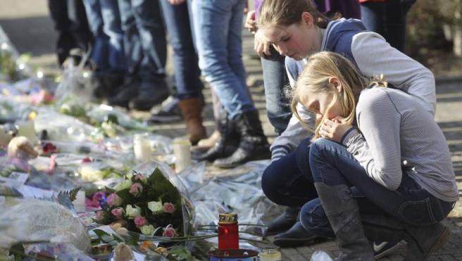 Decenas de personas, en su mayoría menores, asisten en el exterior del ayuntamiento de la localidad belga de Lommel a un acto en memoria de los niños muertos en el accidente.