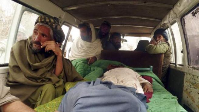 Afganos trasladan los cadáveres de afganos asesinados presuntamente por un soldado estadounidense, en la localidad afgana de Panjwai.