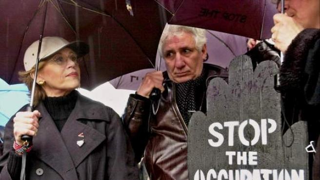 La actriz Jane Fonda (izda) durante una protesta.