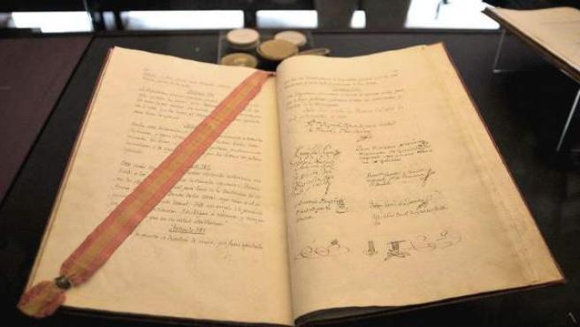 La Constitución de 1812 manuscrita y firmada por los diputados, encuadernada en terciopelo rojo, que se exhibe en Cádiz en una muestra con la que se conmemora el bicentenario de la Carta Magna española.
