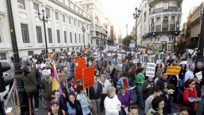 """El movimiento del 15-M de Sevilla ha movilizado a miles de personas en un ambiente festivo al inicio de una """"semana de lucha"""" hasta la víspera de la jornada de reflexión de las elecciones andaluzas."""