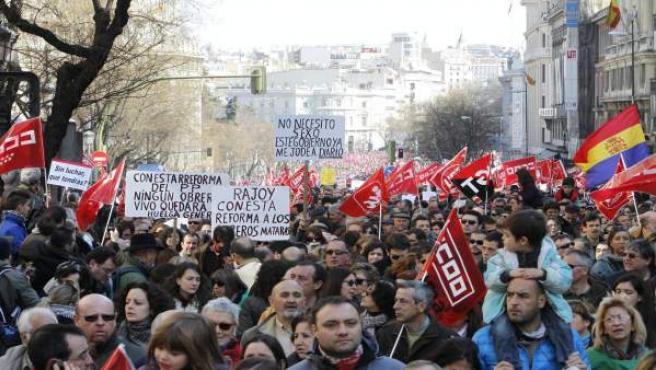 Miles de personas protestan en Madrid contra la reforma laboral.