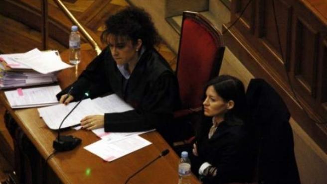 La acusada, María Ángeles M.F., al lado de su abogada, Carmen Gómez.