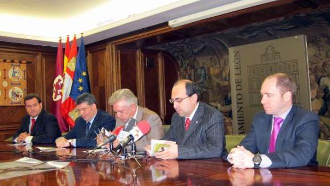 Julio Cayón (C) Y Miembros De La Junta Mayor De Semana Santa