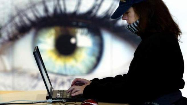 Una joven trabaja con su ordenador portátil.
