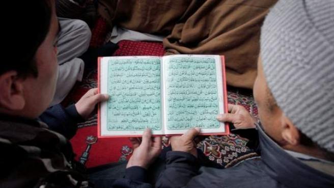 Dos fieles musulmanes leen un texto sagrado en una mezquita.