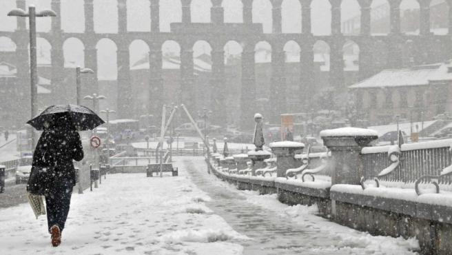 La plaza Oriental de Segovia con el Acueducto de fondo bajo una intensa nevada. La nieve, la lluvia o el viento han puesto en alerta naranja o amarilla a treinta provincias de 12 comunidades autónomas, entre ellas Castilla y León,informa la Agencia Estatal de Meteorología (Aemet).
