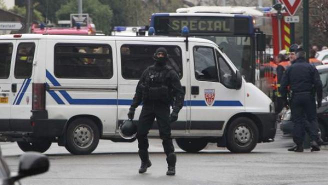La policía francesa acordona la zona de un barrio residencial de Toulouse donde se encuentra el presunto autor de los siete asesinatos.