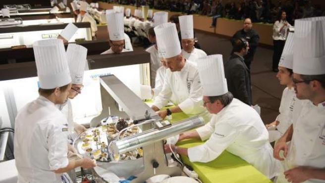 Chefs trabajando en el concurso culinario 'Bocus d'Or' 2012, celebrado en Bruselas.
