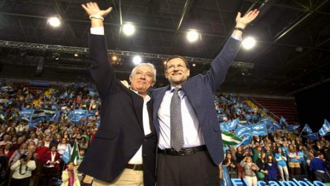 El presidente del Gobierno, Mariano Rajoy (d), y el presidente del PP-A y candidato a la Presidencia de la Junta de Andalucía, Javier Arenas, durante el acto político de cierre de campaña electoral en Andalucía.