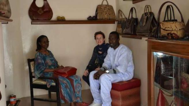 Artesano De Piel En Senegal