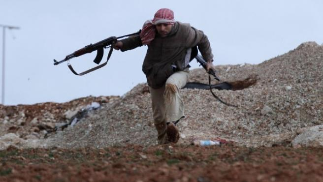 Un rebelde sirio durante un tiroteo cerca de Idlib.
