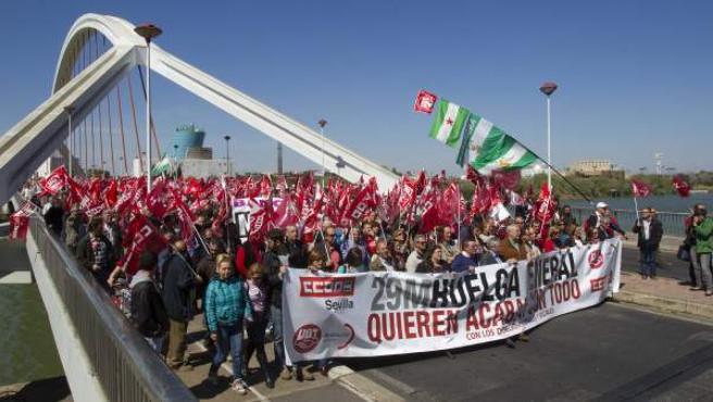 Los secretarios generales de CC OO y UGT, Ignacio Fernández Toxo y Cándido Méndez, en la manifestación de Sevilla, de apoyo a la huelga.