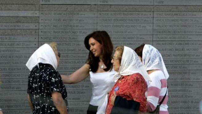 La presidenta de Argentina, Cristina Fernández de Kirchner hablando con las Madres de la Plaza de Mayo durante la inauguración del monumento 'Parque de la Memoria', en homenaje a las víctimas del terrorismo de Estado entre 1976-1983 en Argentina.