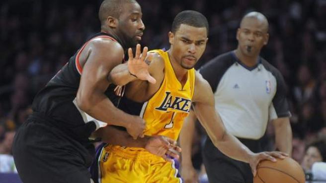El jugador de los Lakers, Ramon Sessions, protege el balón ante Felton.