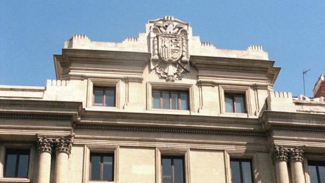 Fotografía de archivo del Instituto Geológico, tomada en 1997, en la que se aprecia el enorme escudo preconstitucional sobre la fachada.