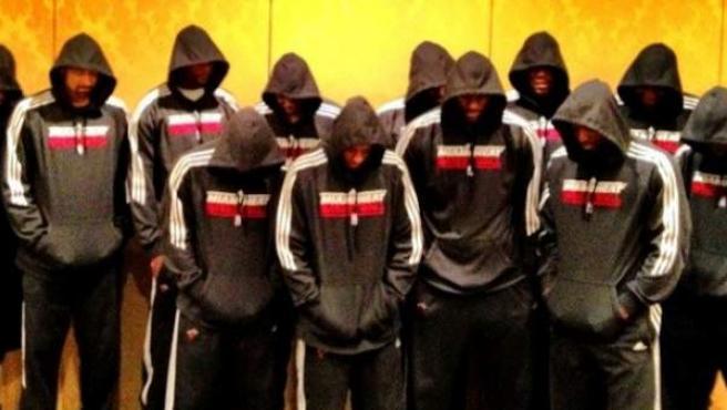 Los jugadores de los Miami Heat, posan encapuchados para pedir justicia por la muerte de un adolescente.