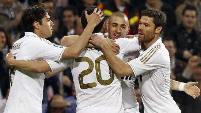 Los jugadores del Real Madrid celebran el gol de Higuaín ante la Real Sociedad.