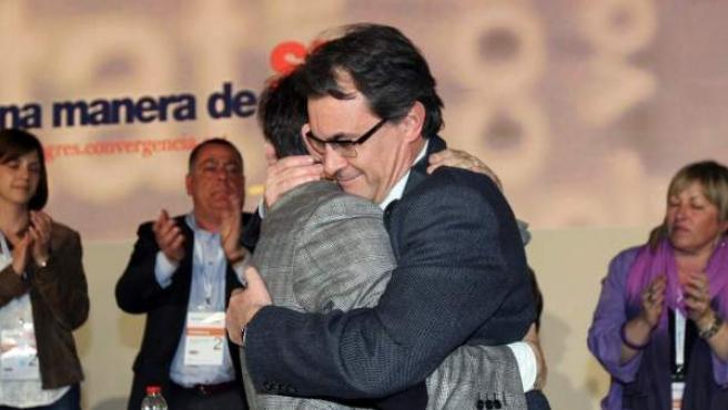 El presidente de la Generalitat catalana y ex secretario general de CDC, Artur Mas, se abraza con su sucesor en el cargo, Oriol Pujol, durante el congreso de Reus.