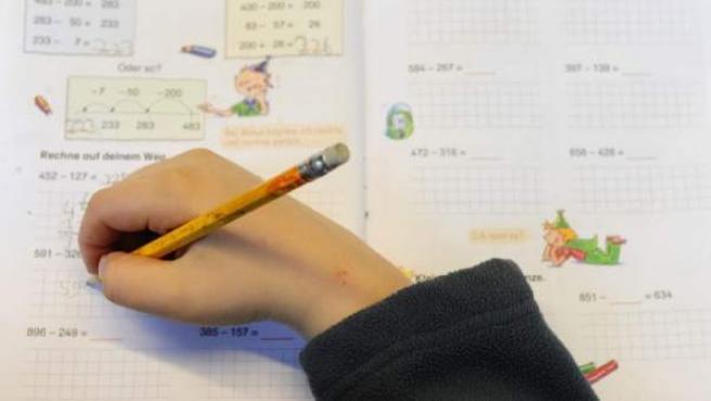 Un niño hace deberes de matemáticas.