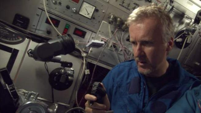 El director James Cameron, en el interior de un sumergible, en el documental 'Misterios del Titanic'.
