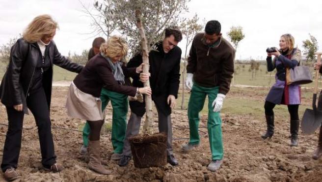 Esperanza Aguirre y el entonces alcalde de Leganés, Rafael Gómez Montoya, plantando un arbol en Bosquesur en 2011.