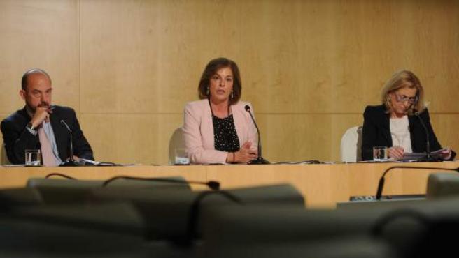 Ana Botella, este martes, en rueda de prensa, acompañada de los delegados de Economía y Hacienda, Miguel Ángel Villanueva y Concepción Dancausa, respectivamente.