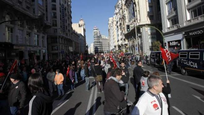 Los piquetes informativos cortan la Gran Vía madrileña.