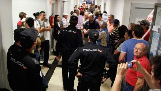 Afectados Y La Policía Negocian El La Sede De La CRTVG En Santiago