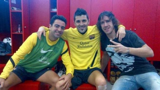 David Villa, junto a Puyol y Xavi, en el día de su vuelta al trabajo tras haber sido operado de la fractura de tibia que sufrió en diciembre.