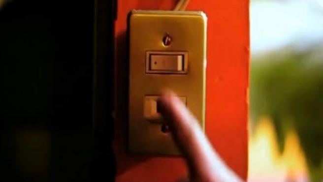 Una persona apaga un interruptor.