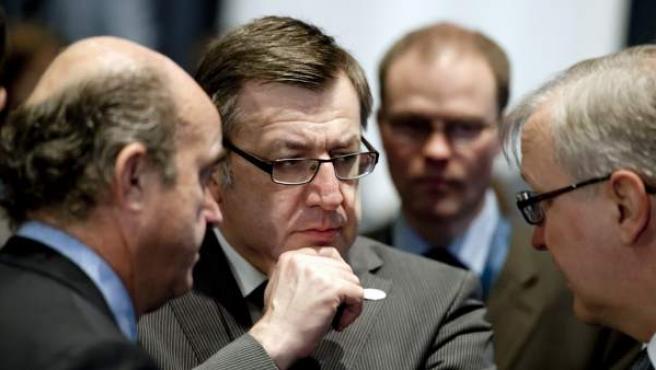 De Guindos, a la izquierda de la imagen, charla con el ministro Belga de Finanzas, Steve Vanackere (centro).