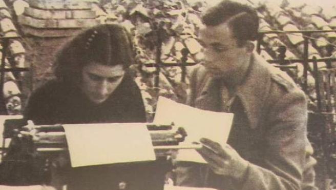 Imagen del poeta oriolano Miguel Hernández y su mujer, Josefina Manresa.