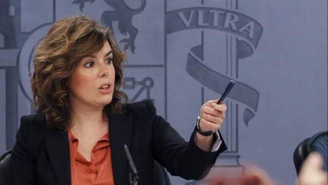 La vicepresidenta del Gobierno, Soraya Sáenz de Santamaría, responde a los periodistas en la rueda de prensa tras el Consejo de Ministros.