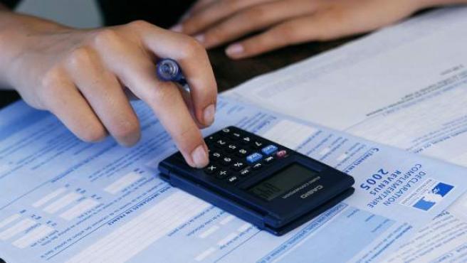 Una trabajadora haciendo cálculos.