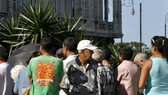 Cubanos haciendo fila frente a la embajada española en La Habana para solicitar la nacionalidad española amparados en la Ley de Memoria Histórica, en una imagen de archivo de 2008.