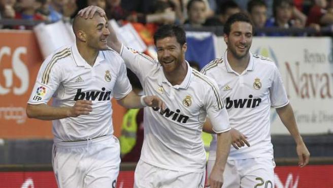 Los jugadores del Real Madrid celebran el primer gol de Benzema ante Osasuna.