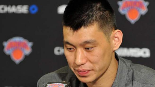 El jugador de los Knicks, Jeremy Lin, en rueda de prensa.