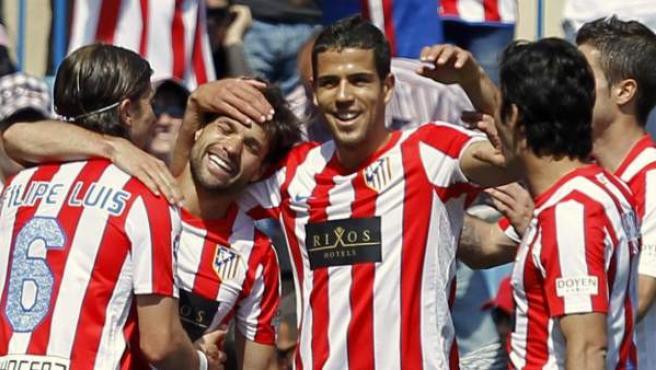 Los jugadores del Atlético de Madrid felicitan a Diego por su gol.