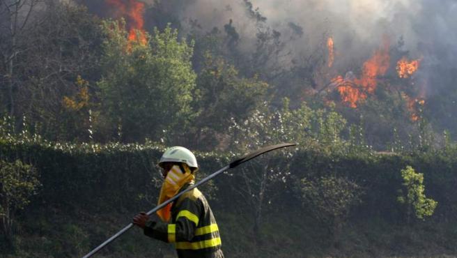 Galicia ha redoblado sus esfuerzos con la ayuda de la Unidad Militar de Emergencias (UME) para intentar sofocar el incendio forestal en las Fragas do Eume.