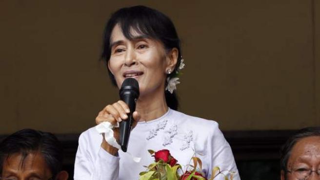 La Premio Nobel de la Paz, Aung San Suu Kyi, en la sede de su partido.