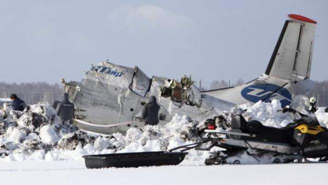 Investigadores y miembros de los servicios de rescate inspeccionan el lugar donde se ha estrellado el avión de pasajeros ATR-72 que se estrelló a unos 1.700 km de Moscú.