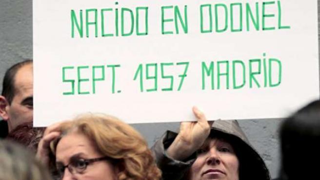 Miembros de la Asociación Nacional de Afectados por Adopciones Irregulares (Anadir) en una manifestación ante la Fiscalía General del Estado.
