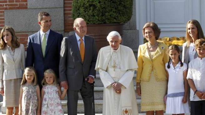 La familia real posa en las escalinatas del Palacio de la Zarzuela con el papa Benedicto XVI.