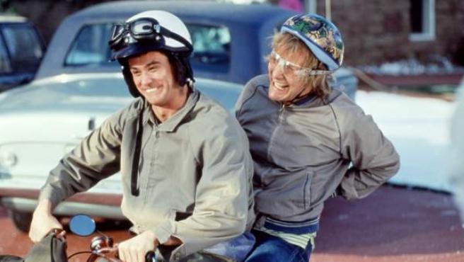 Jim Carrey y Jeff Daniels en una escena de 'Dos tontos muy tontos'.