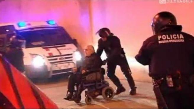 Los Mossos detienen a un discapacitado.